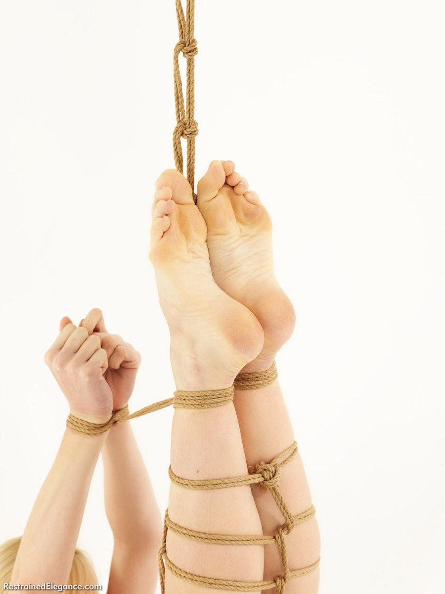 Девушки связанные веревкой